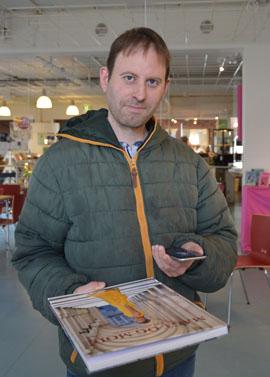 Verner Davidsen låner på Ballerup Bibliotek afprøver prototype på app.