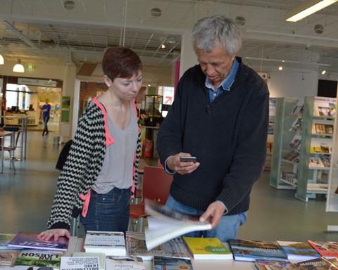 Camilla Damsbo Andersen og Niels Frandsen fra Ballerup Bibliotek afprøver app'en