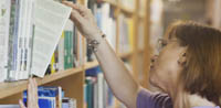 Det er mor der låner på biblioteket